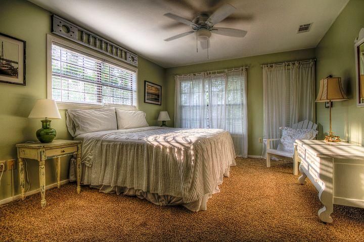 Aranżowanie sypialni – czy łóżka drewniane to dobry pomysł?